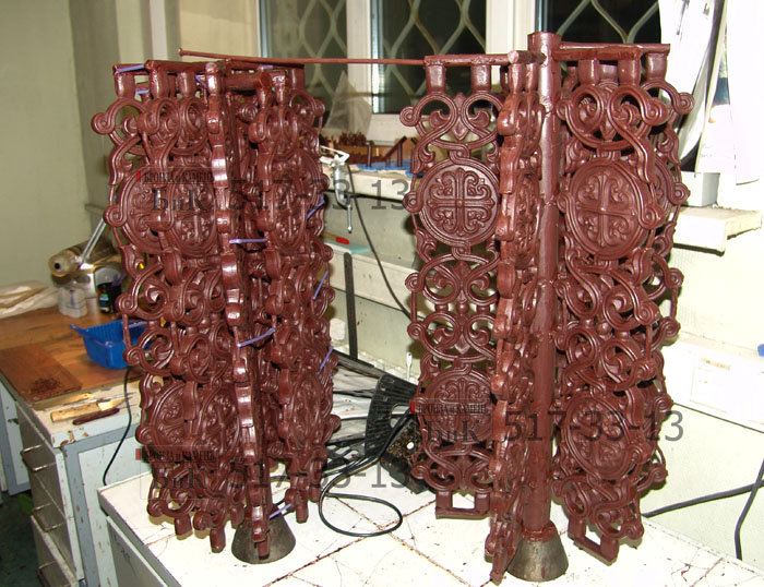 Балясины из воска смонтированы на елку для формования в опоке.