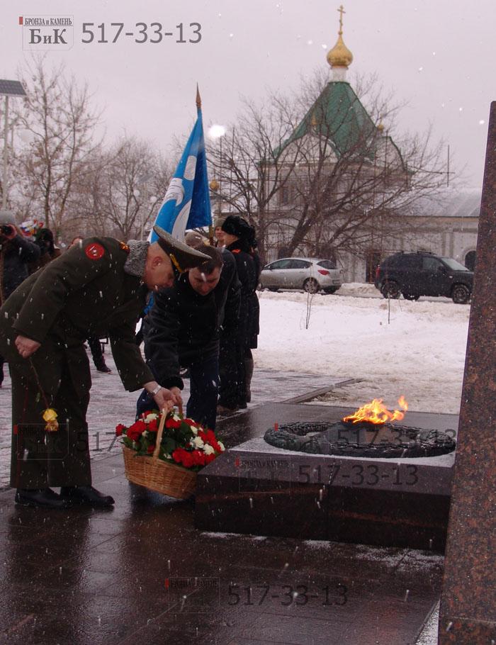 Возложение цветов у монумента павшим за Родину. Москва.