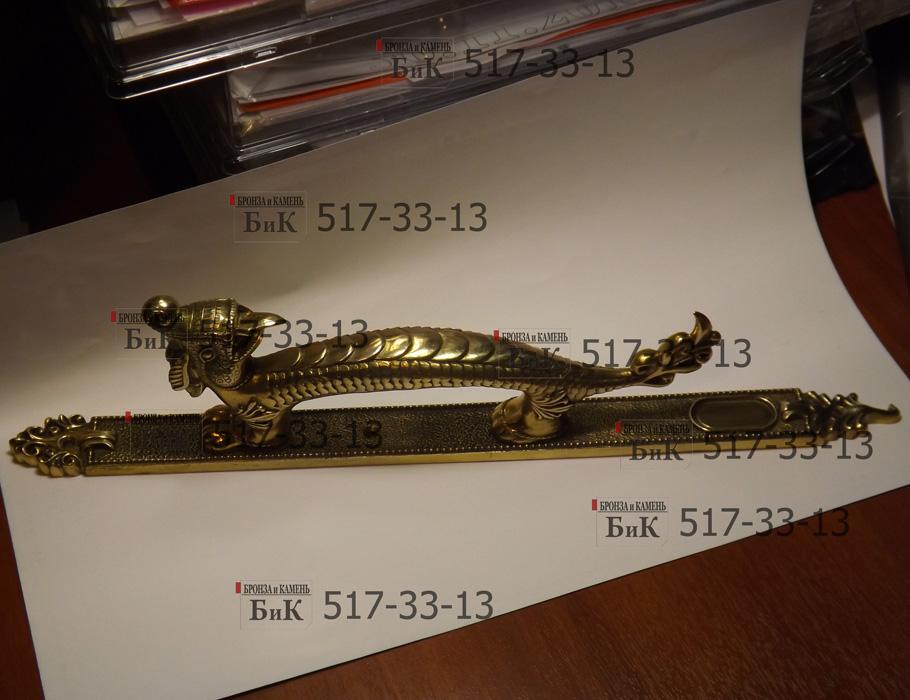 Старинные латунные дверные ручки.