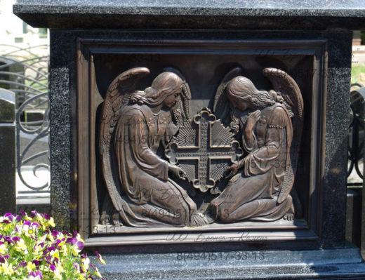 Барельеф с ангелами.