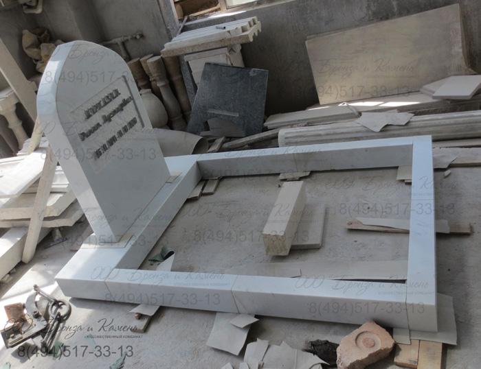 Мусульманский памятник из белого мрамора.