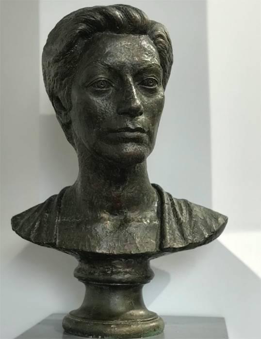 Бюст выполнен скульптором Виталием Джения.