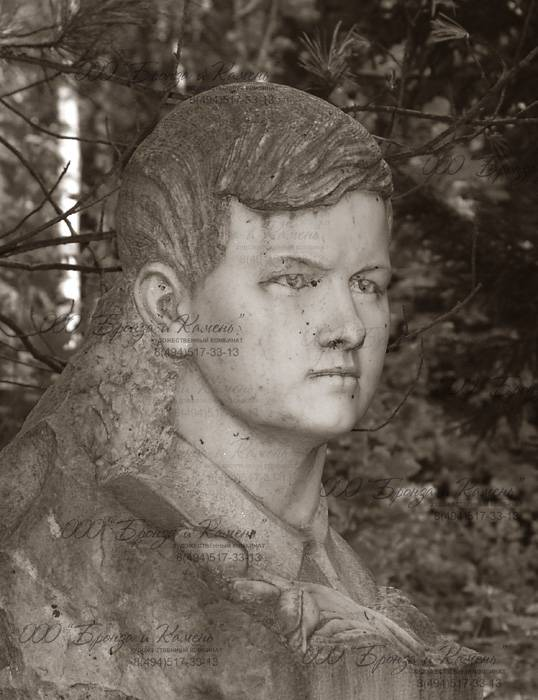 Бюст мальчика в мраморе на могиле.