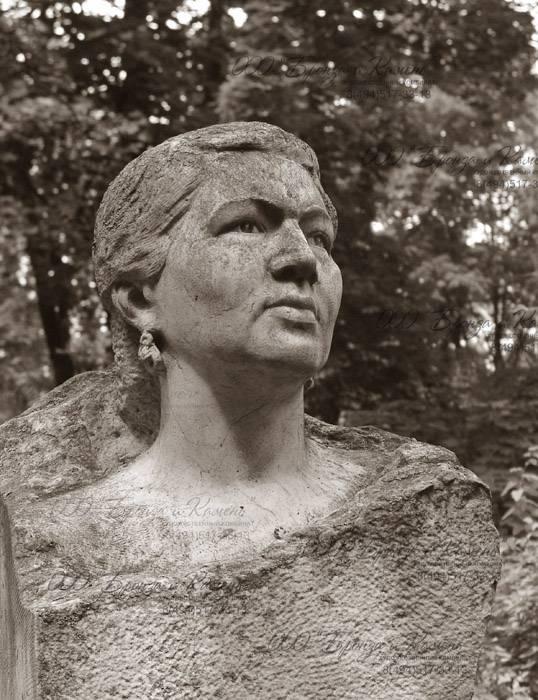 Мраморный бюст женщины.