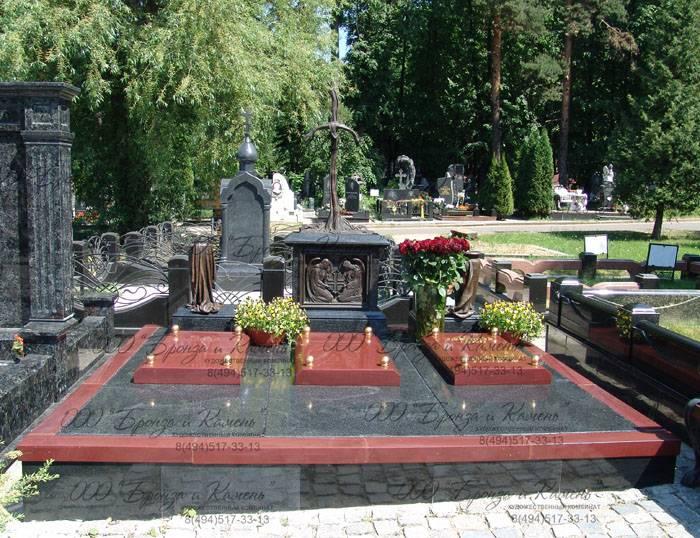 Памятник с Крестом. Бронза.